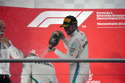 Lewis Hamilton, Mercedes-AMG F1 sur le podium avec du champagne