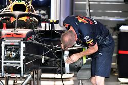 Mecánicos de Red Bull Racing trabajan en el RB14