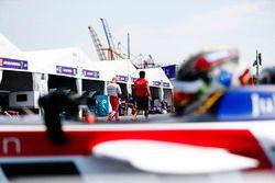 Daniel Abt, Audi Sport ABT Schaeffler, lascia i box mentre Felix Rosenqvist, Mahindra Racing, cammina in pit lane