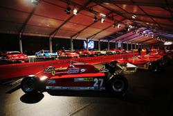 Coches Ferrari de F1 en la noche