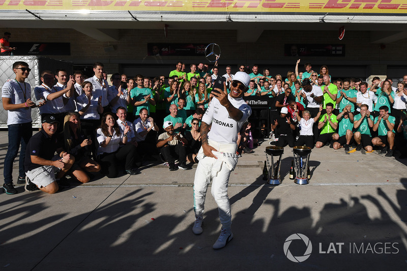 Race winner Lewis Hamilton, Mercedes AMG F1 celebrate with the team