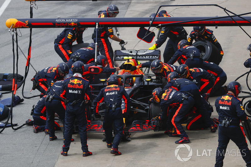 Max Verstappen, Red Bull Racing RB14, au stand