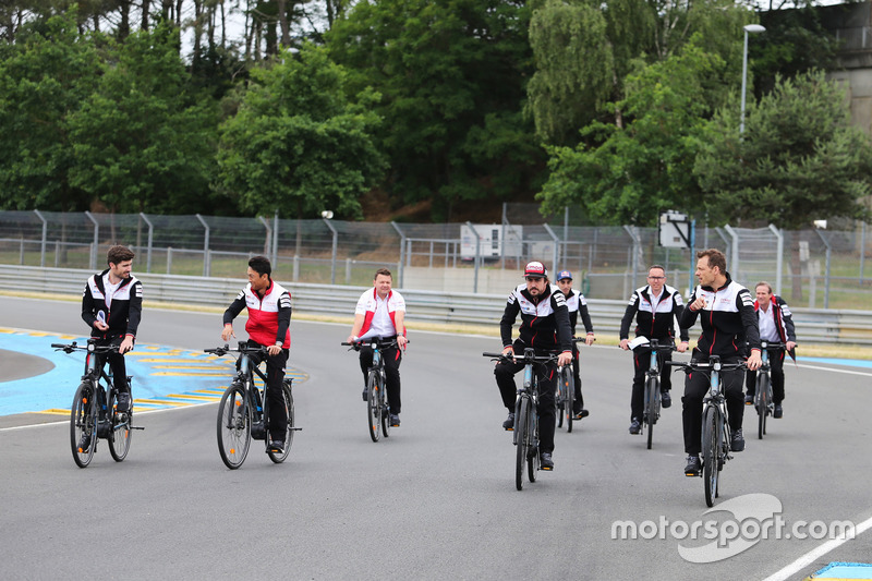 Alexander Wurz, Fernando Alonso, Sébastien Buemi, Kazuki Nakajima, Toyota Gazoo Racing en bici por el circuito