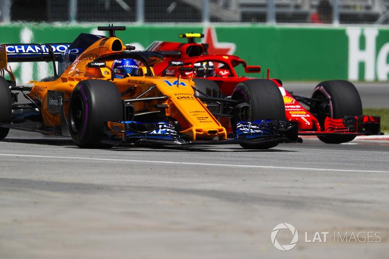 Fernando Alonso, McLaren MCL33, y Kimi Raikkonen, Ferrari SF71H