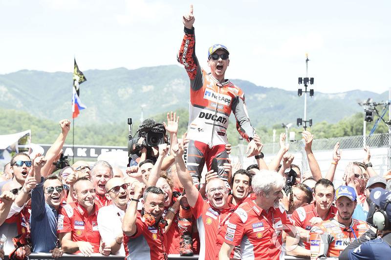 Jorge Lorenzo, Ducati Team, celebra una victoria, con Andrea Dovizioso abajo a la derecha con cara de circunstancias