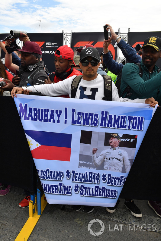 Lewis Hamilton, Mercedes-AMG F1 fan and banner