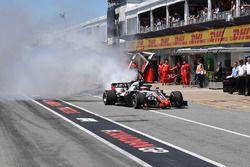 Romain Grosjean, Haas F1 Team VF-18 con humo en el pit lane en la califiación