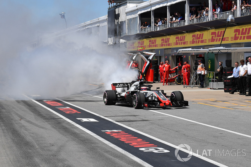Romain Grosjean, Haas F1 Team VF-18 menyemburkan asap di Q1