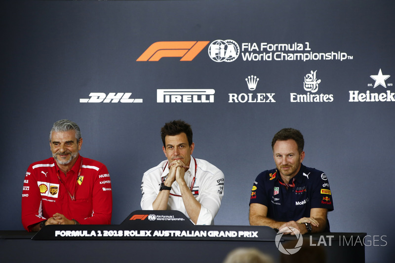 Maurizio Arrivabene, director del equipo Ferrari, Toto Wolff, director ejecutivo (de negocios), Mercedes AMG y Christian Horner, director del equipo, Red Bull Racing, en la conferencia de prensa