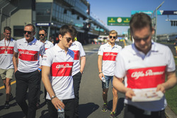 Charles Leclerc, Alfa Romeo Sauber F1 Team et Marcus Ericsson, Alfa Romeo Sauber F1 Team font le tour du circuit à pied