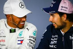Le vainqueur Lewis Hamilton, Mercedes AMG F1, et le troisième, Sergio Perez, Force India, lors de la conférence de presse