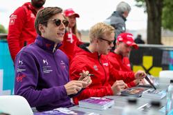 Alex Lynn, DS Virgin Racing, imza dağıtıyor