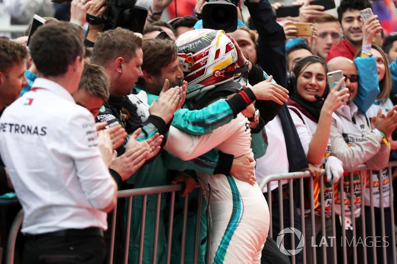 Il vincitore della gara Lewis Hamilton, Mercedes-AMG F1 festeggia nel parco chiuso