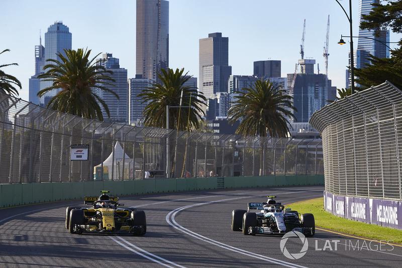 Valtteri Bottas, Mercedes AMG F1 W09, adelanta a Carlos Sainz Jr., Renault Sport F1 Team R.S. 18