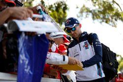 Robert Kubica, Williams Martini Racing, podpisuje autografy kibicom