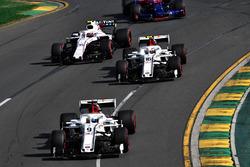 Marcus Ericsson, Sauber C37 devant Charles Leclerc, Sauber C37