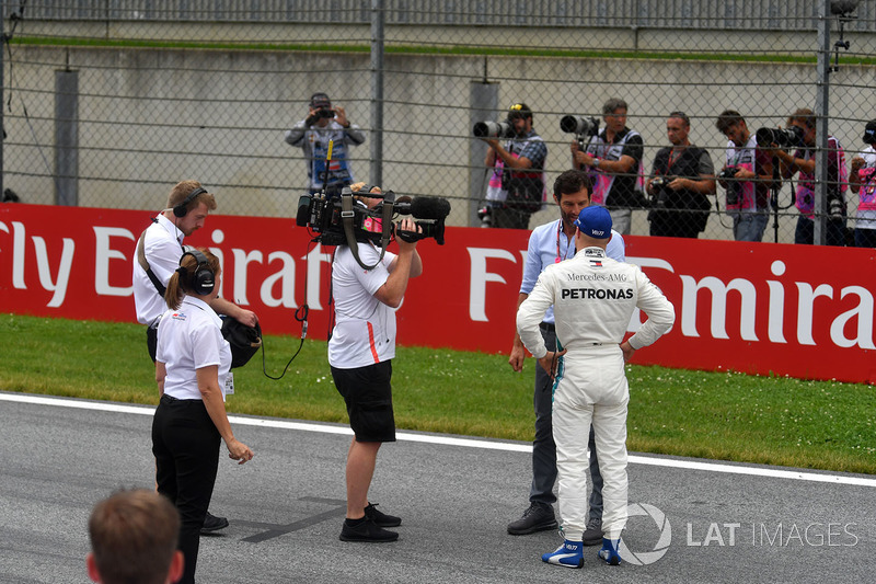 Pole sitter Valtteri Bottas, Mercedes-AMG F1 talks with Mark Webber, in parc ferme