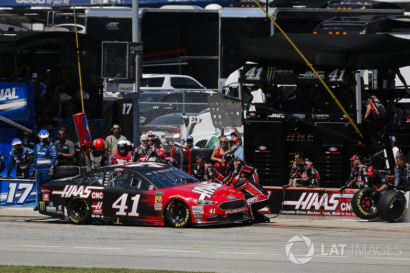 Kurt Busch, Stewart-Haas Racing, Ford Fusion Haas Automation, pit stop