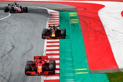 Kimi Raikkonen, Ferrari SF71H, Daniel Ricciardo, Red Bull Racing RB14, Romain Grosjean, Haas F1 Team VF-18