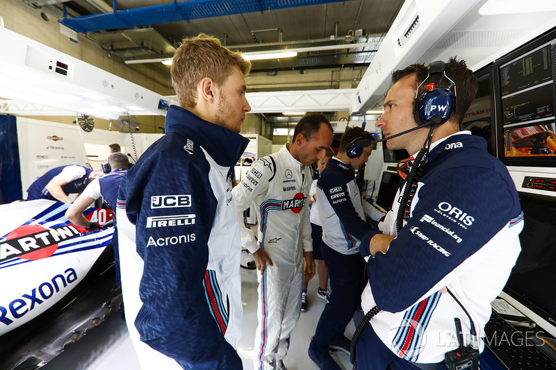 Sergey Sirotkin, Williams Racing, habla con Robert Kubica, Williams Martini Racing