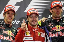 Podio: il vincitore Fernando Alonso, Ferrari, il secondo classificato Sebastian Vettel, Red Bull Racing, il terzo classificato Mark Webber, Red Bull Racing