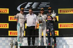 Podio: Nico Rosberg, Mercedes AMG F1, Ron Meadows, Mercedes AMG F1 Team Manager, Lewis Hamilton, Mercedes AMG F1, Daniel Ricciardo, Red Bull Racing