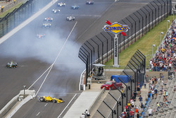 Helio Castroneves, Team Penske Chevrolet crash