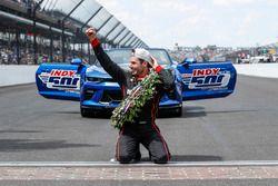 Winner Will Power, Team Penske Chevrolet kisses the bricks