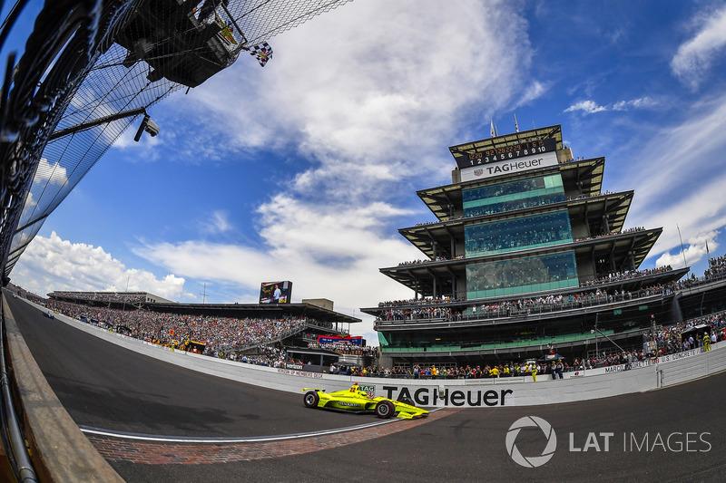 Simon Pagenaud, Team Penske Chevrolet, taglia il traguardo sotto la bandiera a scacchi