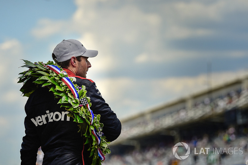 Гонщик Team Penske Chevrolet Уилл Пауэр с кубком Борга-Уорнера