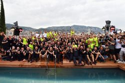 Daniel Ricciardo, Red Bull Racing en het team vieren feest bij het zwembad van het Red Bull Energy Station