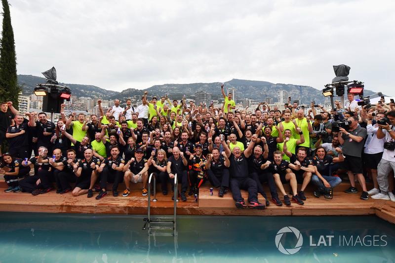 Daniel Ricciardo, Red Bull Racing y el equipo celebran en la piscina Red Bull Energy Station