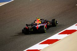 Max Verstappen, Red Bull Racing RB14 Tag Heuer, a los pits con un pinchazo