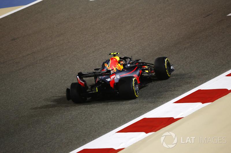 Max Verstappen, Red Bull Racing RB14 Tag Heuer, torna ai box con una foratura