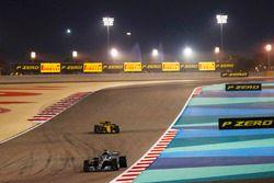 Lewis Hamilton, Mercedes AMG F1 W09, voor Carlos Sainz Jr., Renault Sport F1 Team R.S. 18
