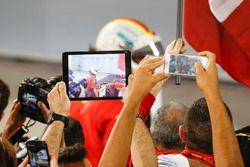 I membri del team fotografano l'arrivo di Sebastian Vettel, Ferrari, 1° classificato, nel parco chiuso