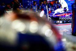 Ingegneri Toro Rossonel garage con la monoposto di Brendon Hartley, Toro Rosso STR13 Honda