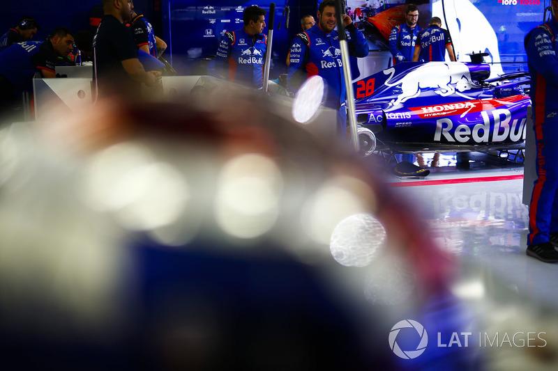 Ingenieros de Toro Rosso en el garaje con el automóvil de Brendon Hartley, Toro Rosso STR13 Honda