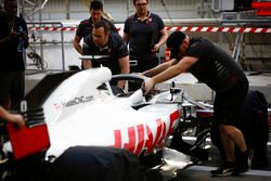 Romain Grosjean, Haas F1 Team VF-18 Ferrari, viene spinto nel garage