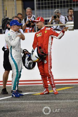 Il poleman Sebastian Vettel, Ferrari festeggia nel parco chiuso con Valtteri Bottas, Mercedes-AMG F1