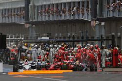 Столкновение на пит-лейн: Льюис Хэмилтон, McLaren MP4-23, Кими Райкконен, Ferrari F2008 и Нико Росберг, Williams FW30
