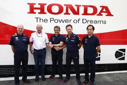 Adrian Newey, director técnico de Red Bull Racing, Helmut Markko, consultor, Red Bull Racing, Masashi Yamamoto, gerente general de Honda Motorsport, Christian Horner, director del equipo, Red Bull Racing y Toyoharu Tanabe, director técnico de F1 de Honda, celebran un nuevo acuerdo de suministro de motor para 2019