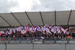 Des fans de Force India F1 avec des bannières