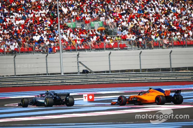 Valtteri Bottas, Mercedes AMG F1 W09, precede Stoffel Vandoorne, McLaren MCL33