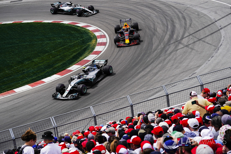 Valtteri Bottas, Mercedes AMG F1 W09, por delante de Max Verstappen, Red Bull Racing RB14, y Lewis Hamilton