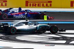 Pierre Gasly, Toro Rosso STR13, passe devant Valtteri Bottas, Mercedes AMG F1 W09, victime d'un incident au départ