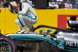 Le poleman Lewis Hamilton, Mercedes AMG F1, fête sa pole position