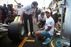 Lewis Hamilton, Mercedes AMG F1, essaie un pistolet pneumatique sur la voiture de son équipier