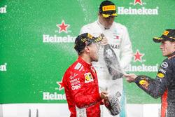 Sebastian Vettel, Ferrari, 1e plaats, Max Verstappen, Red Bull Racing, 2e plaats, en Max Verstappen, Red Bull Racing, 3e plaats, op het podium