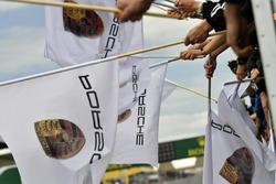 #77 Proton Competition Porsche 911 RSR: Christian Ried, Julien Andlauer, Matt Campbell, victorieux avec des drapeaux Porsche